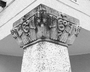 Käärmekuvioinen pilasteri
