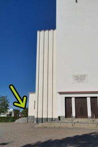 Paaden sijainti kirkon vierellä