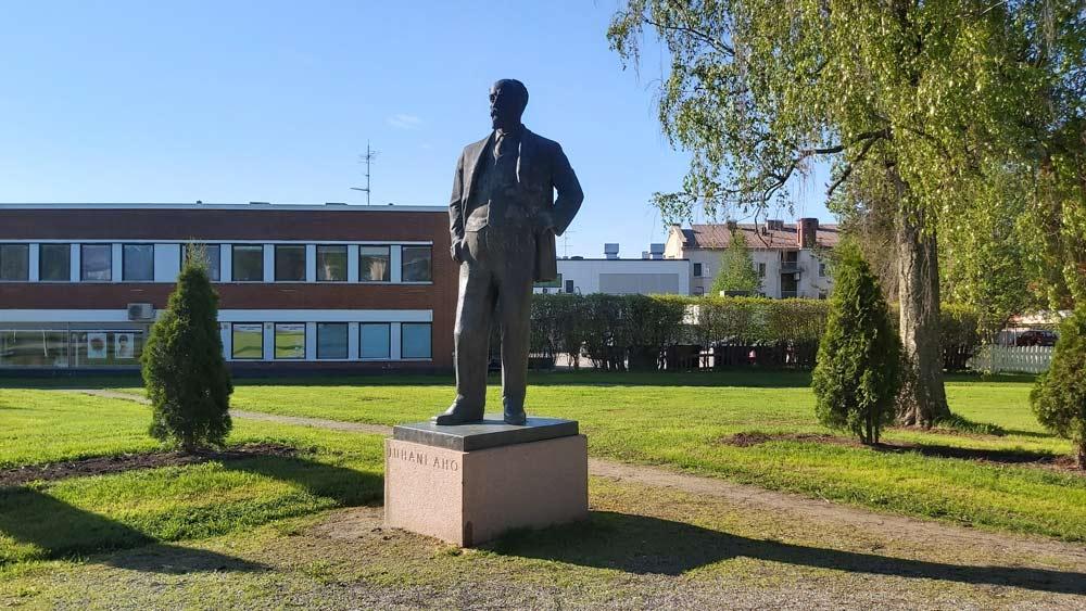 Lisavinkkikuva Juhani Ahon patsaan kompassisuunnasta