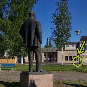 Vinkkitarran sijainti kuvana patsaan luona